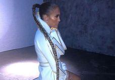 Jennifer Lopez cède à la tendance de la maxi tresse