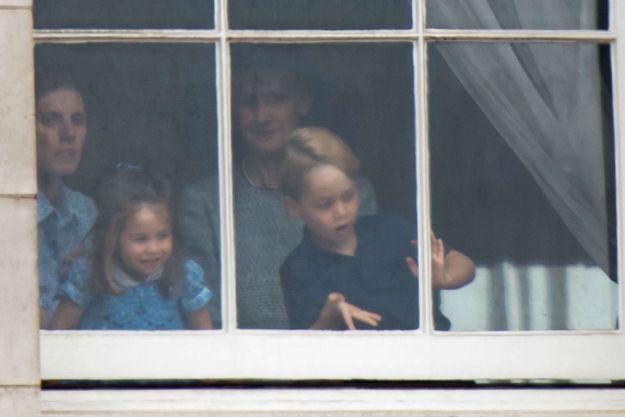Le prince George et la princesse Charlotte à la fenêtre de Buckingham Palace