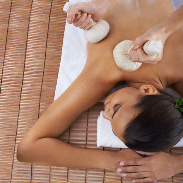 Massage aux pochons chauds : le soin qui nous propulse en Thaïlande