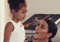 North West, adorable, essaye le maquillage de Kim Kardashian