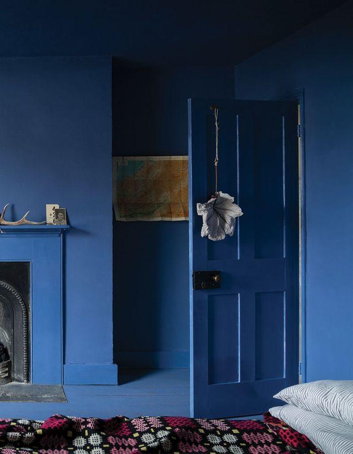 Une chambre bleue du sol au plafond