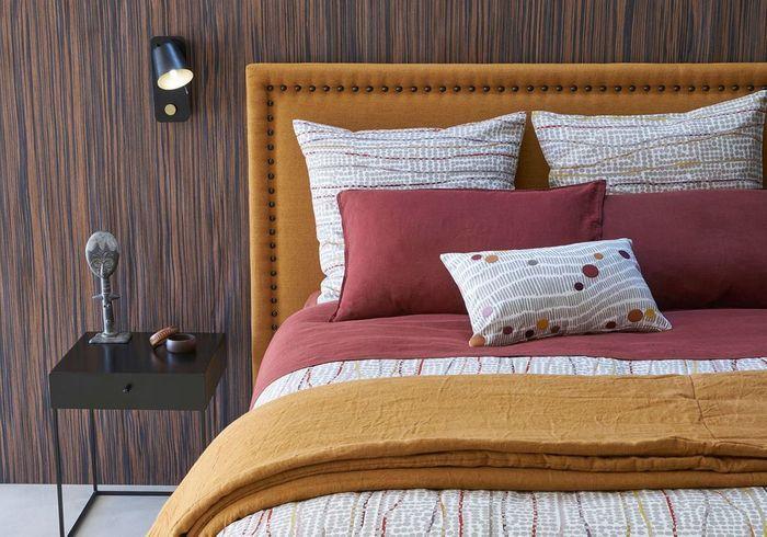 Craquer pour des appliques murales orientables de chaque côté du lit