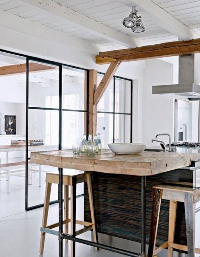 Poutre en bois brut et repeintes en blanc + verrière = un style rustique chic contemporain