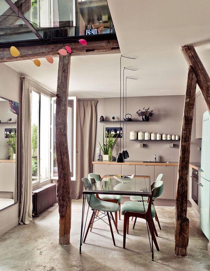 Poutres en bois brut + deux espaces dans une seule pièce = la séparation parfaite