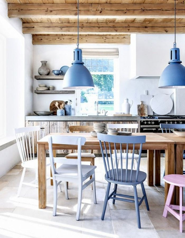 Poutres en bois brut + touches bleu clair = un esprit maison de vacances garanti