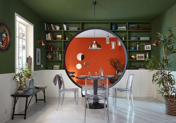 Un mur coloré en vert kaki et orange sanguine