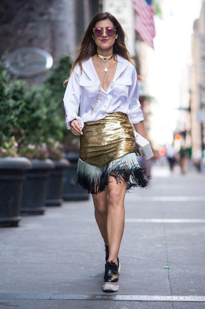 Mettre sa jupe qui brille avec un chemisier blanc