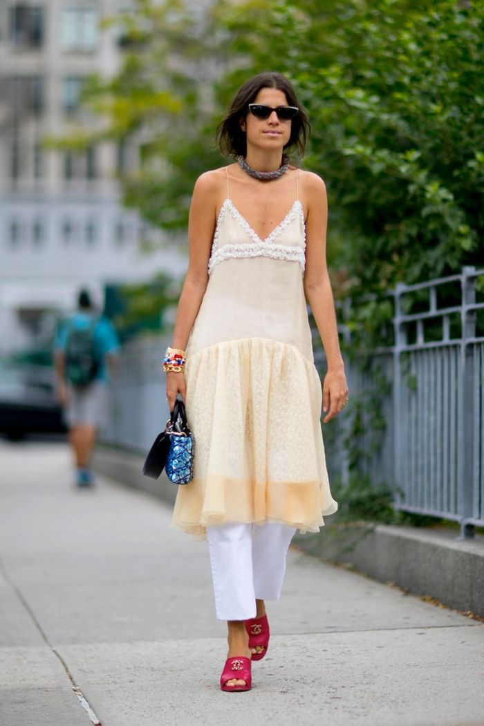 On enfile sous notre robe un jean blanc
