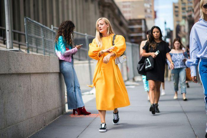 Robe colorée + baskets = le combo parfait