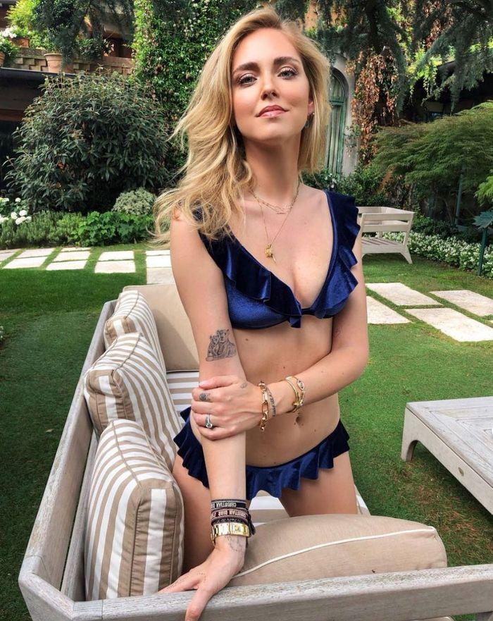 Chiara Ferragni en deux pièces bleu à volants
