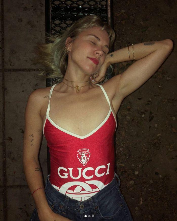 Courtney Trop en maillot Gucci