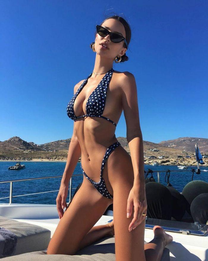 Emrata en tout petit petit bikini